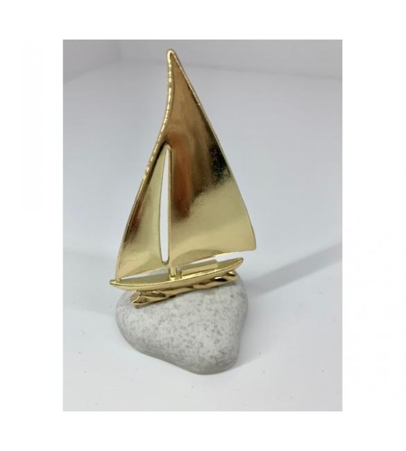 Χρυσό καράβι σε βότσαλο.
